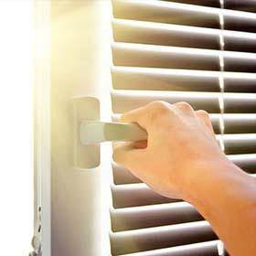 Трисы Альберт. Стеклянные окна в Бат-Яме. Бельгийские окна в Бат-Яме. Электрожалюзи. Ремонт жалюзи в районе Гуш Дан.